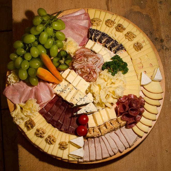 Käseplatte mit Fleisch